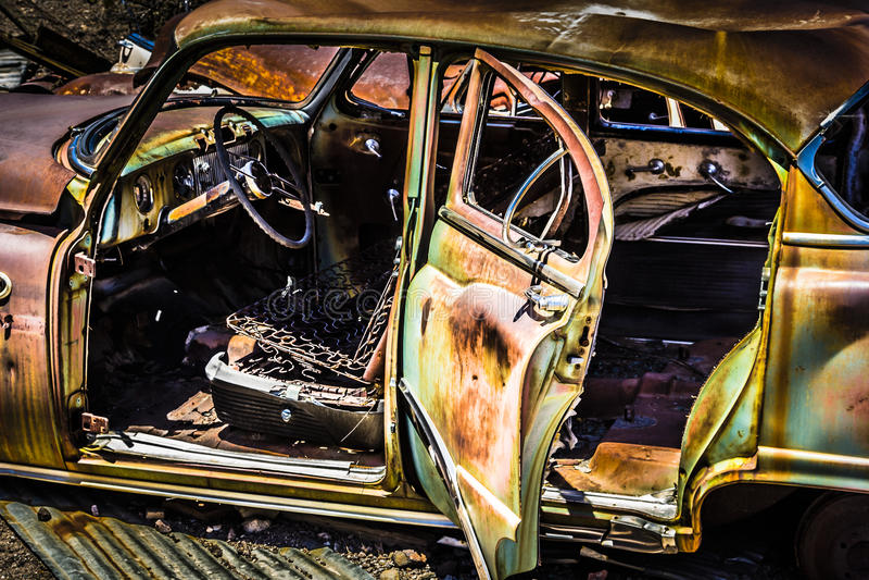 Coche oxidado en el desierto imagen de archivo