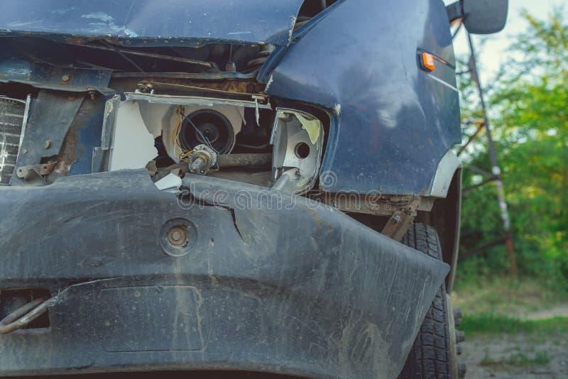 Coche oxidado olvidado en el camino con una linterna quebrada, coche oxidado abandonado en depósito de chatarra foto de archivo