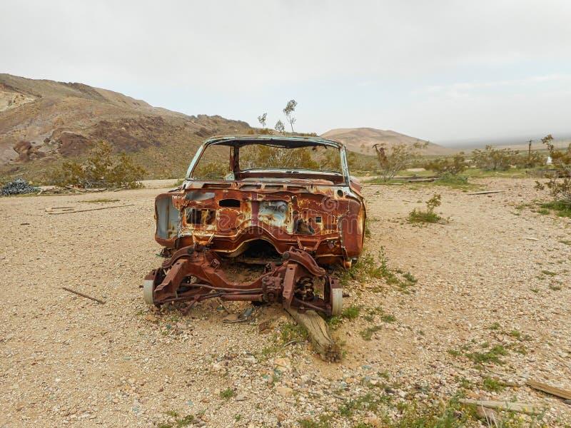 coche oxidado viejo en una granja fotos de archivo