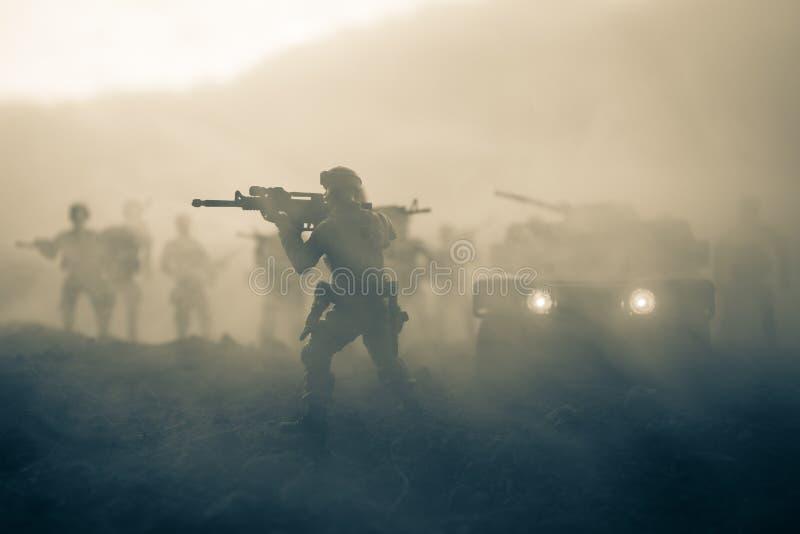 Coche patrulla militar en fondo de la puesta del sol Concepto de la guerra del ejército Silueta del vehículo blindado con el arma imagenes de archivo