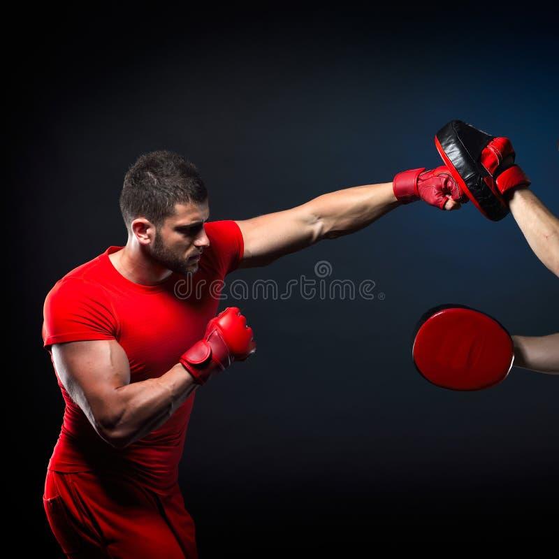 Coche personal del hombre del instructor y hombre que ejercitan el boxeo foto de archivo libre de regalías