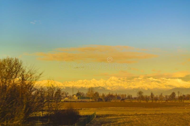 Coche Point of View, Italia del paisaje de Piamonte foto de archivo