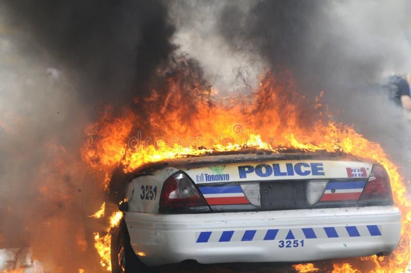 Coche policía ardiente. imagenes de archivo