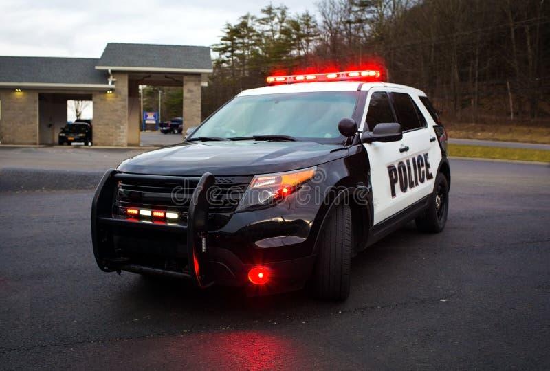 Coche policía con las luces y la sirena en la calle fotos de archivo