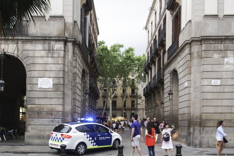 Coche policía de Barcelona, España que patrulla en el cuadrado real imagen de archivo