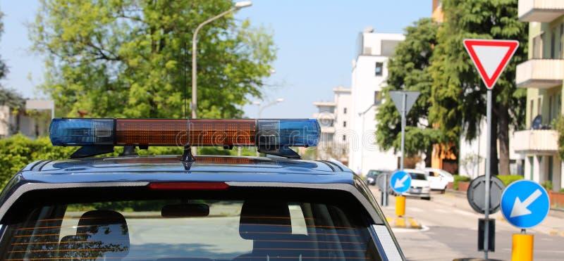 Coche policía durante el servicio de la patrulla para patrullar imagen de archivo