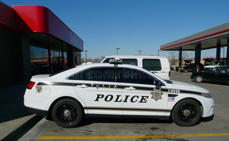 Coche policía o crucero en Tulsa, Oklahoma fotos de archivo