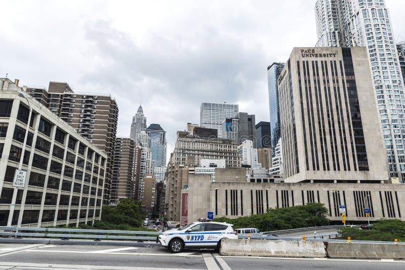 Coche policía que controla el tráfico en New York City, los E.E.U.U. imagen de archivo