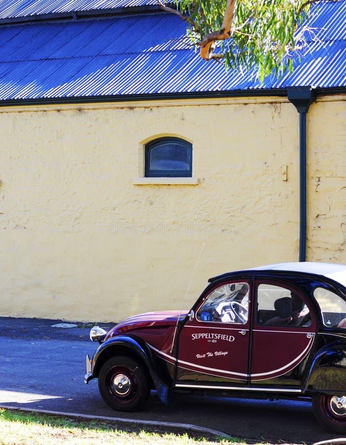 Coche promocional del mini vintage fuera de edificios laterales en la entrada del estado de Seppeltsfield fotografía de archivo libre de regalías