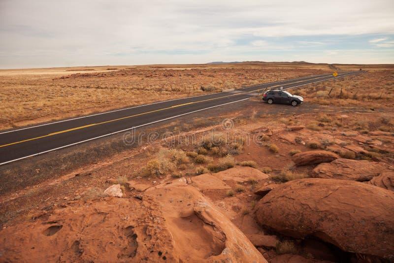 Coche que apaga la carretera del desierto fotos de archivo libres de regalías