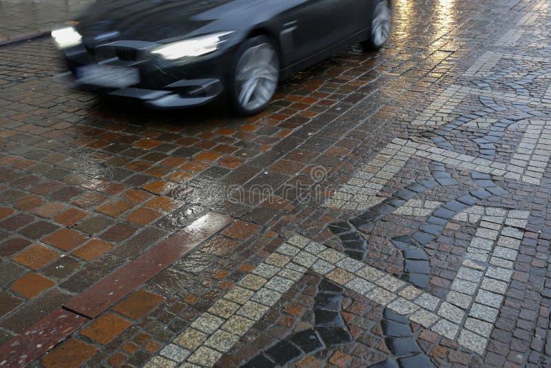 Coche que apresura durante la lluvia fotografía de archivo