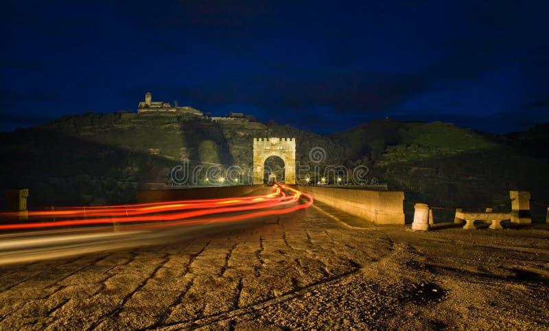 Coche que cruza el puente de Alcantara foto de archivo libre de regalías