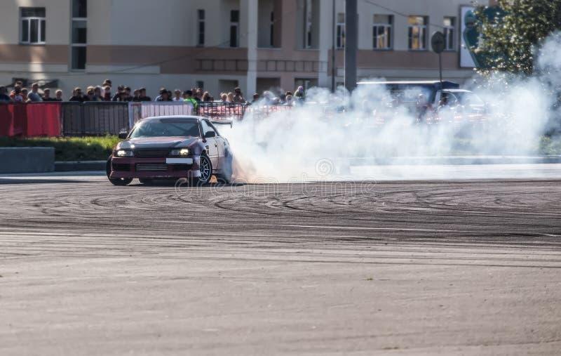 coche que deriva en pista de la velocidad imagenes de archivo