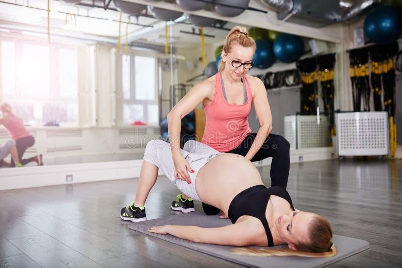 Forme El Retrato De Una Mujer Embarazada Hermosa Joven Que ...