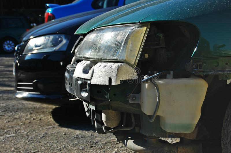 Coche quebrado contra coche intacto imagen de archivo