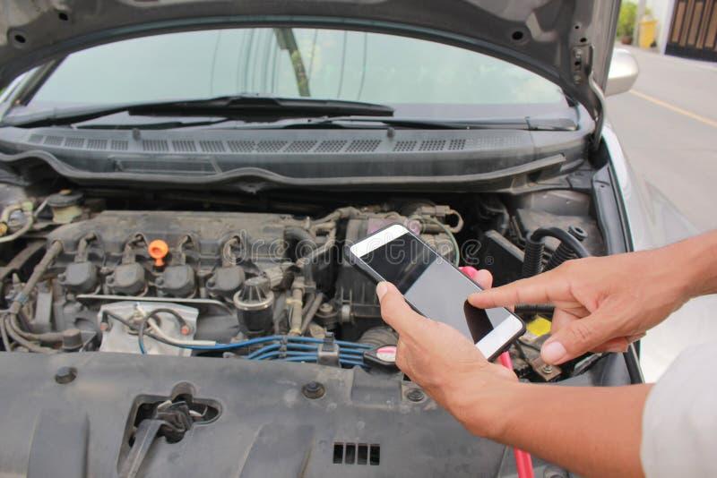 Coche quebrado, hombre que llama al servicio del mecánico de coche fotografía de archivo libre de regalías