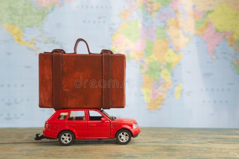 Coche retro con las maletas en mapa Concepto de las vacaciones de verano foto de archivo