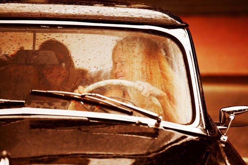 Coche retro en la lluvia. fotografía de archivo