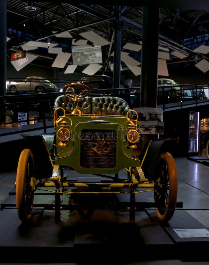 Coche retro viejo como pruebas del desarrollo de la industria automotriz y de la reflexión del último siglo imagen de archivo