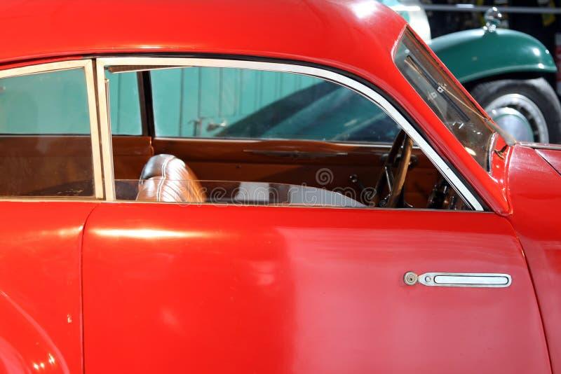 Coche rojo clásico imagen de archivo