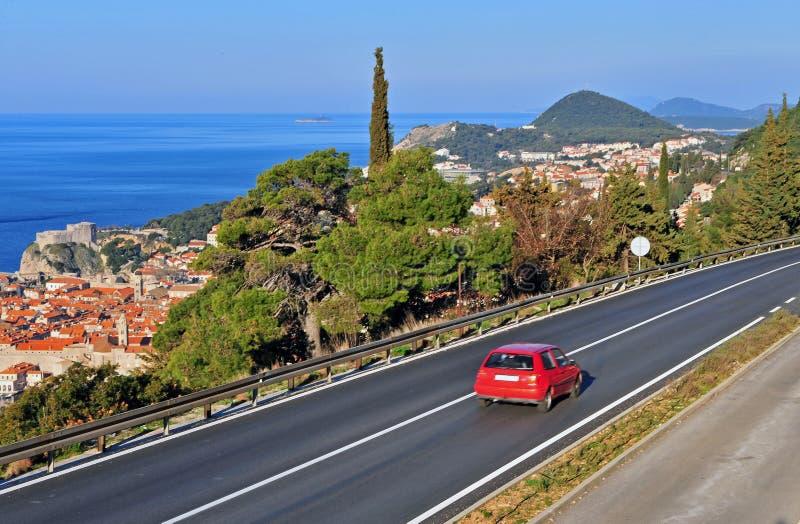 Coche rojo en la carretera, Croacia foto de archivo