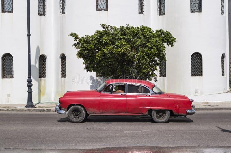 Coche rojo en La Habana vieja, Cuba imágenes de archivo libres de regalías