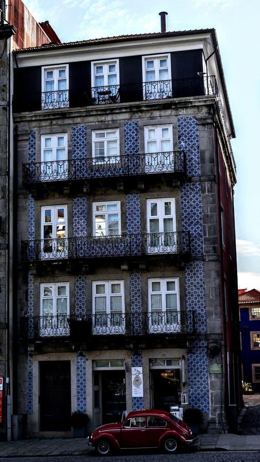 Coche rojo en Oporto portugal fotografía de archivo