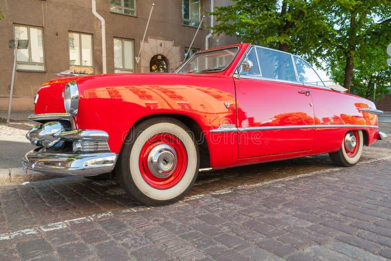 Coche rojo viejo de Ford Custom Deluxe Tudor imagenes de archivo