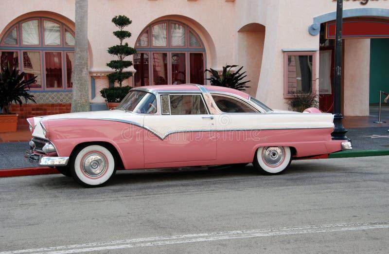 Coche rosado de la vendimia fotografía de archivo libre de regalías