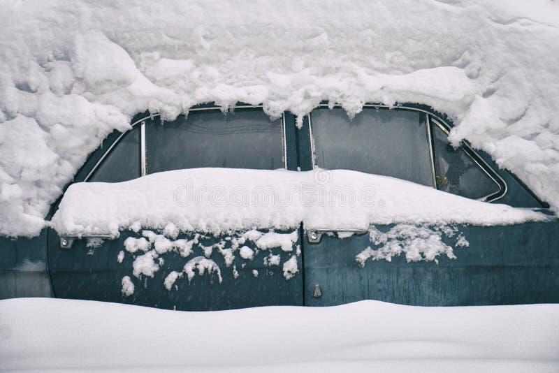 Coche soviético ruso viejo enterrado debajo de la nieve fotos de archivo
