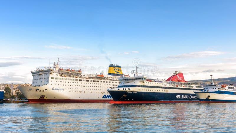 Coche-transbordadores grandes atracados en puerto en Pireo, Atenas, Grecia fotografía de archivo