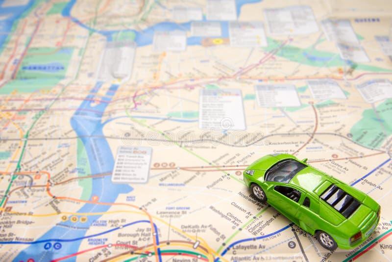 Coche del juguete en mapa foto de archivo