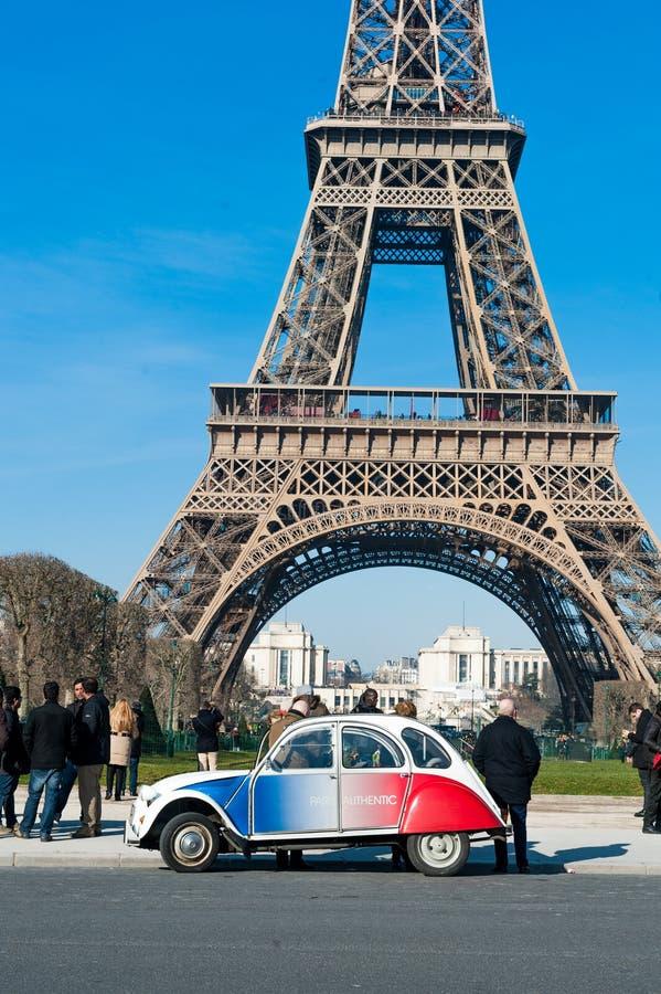Coche viejo al lado de la torre Eiffel fotografía de archivo