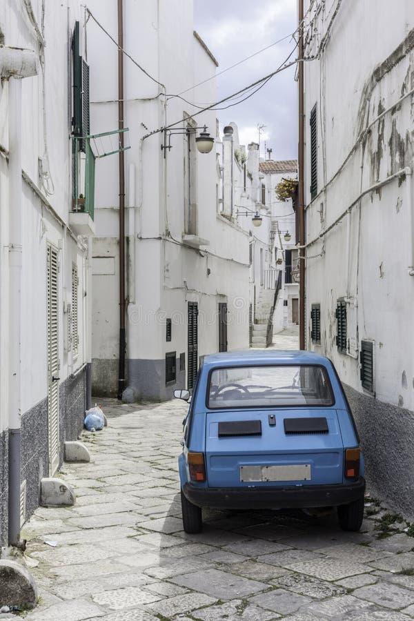 Coche viejo azul en calle estrecha foto de archivo libre de regalías