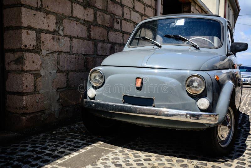 Coche viejo del vintage en la calle estrecha de Cerdeña, Italia fotografía de archivo