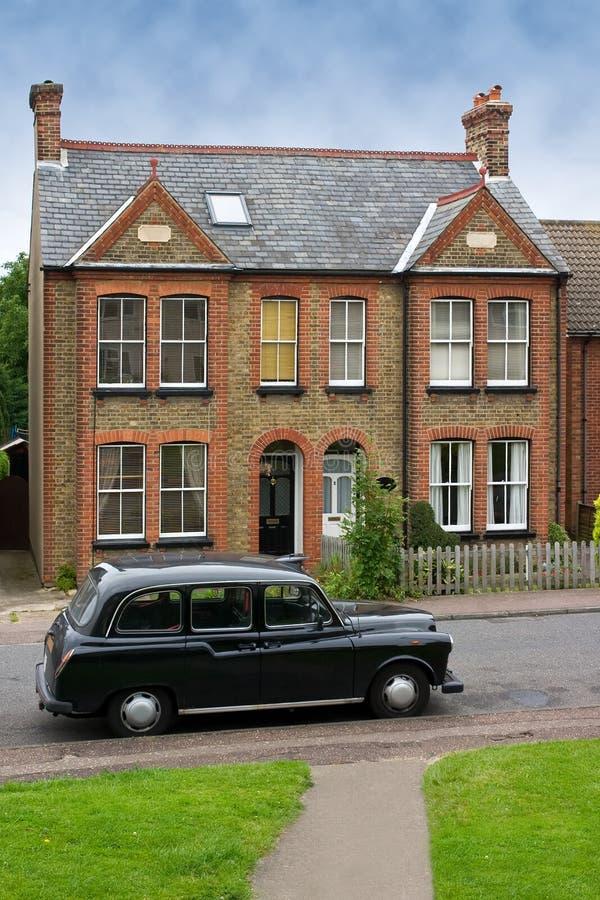 Coche viejo delante de una casa típica en Harlow, Reino Unido imágenes de archivo libres de regalías