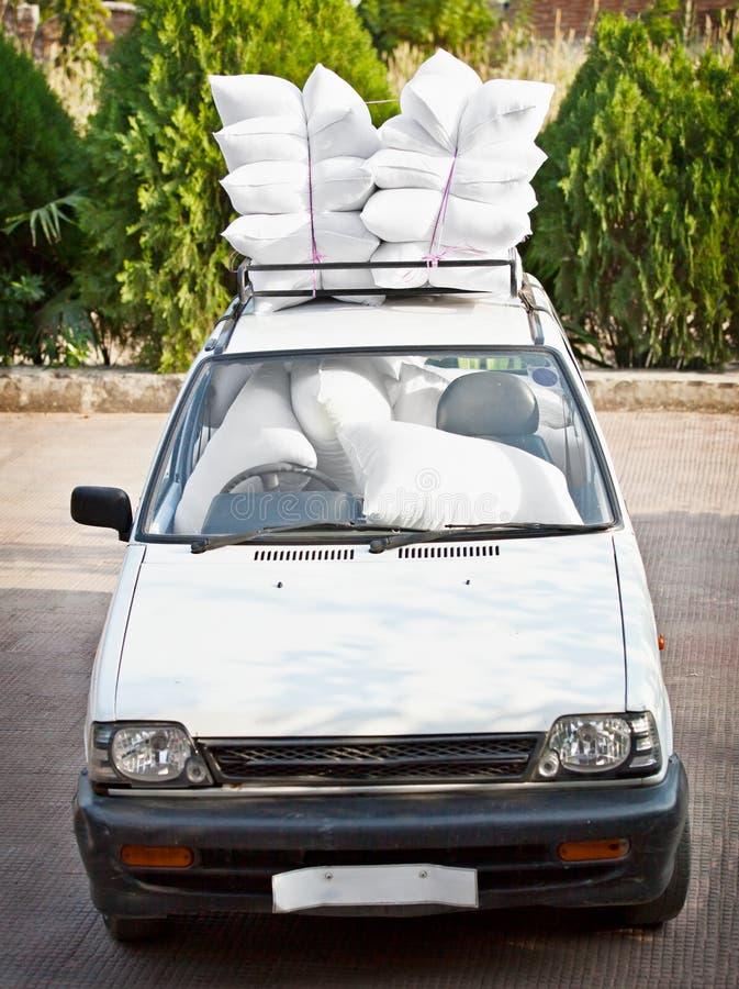 Coche viejo, el buen proveer de personal de sacos hinchables. Broma. fotos de archivo libres de regalías