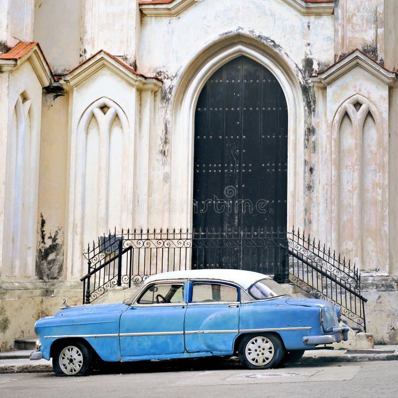 Coche viejo en fachada del edificio de La Habana imagen de archivo