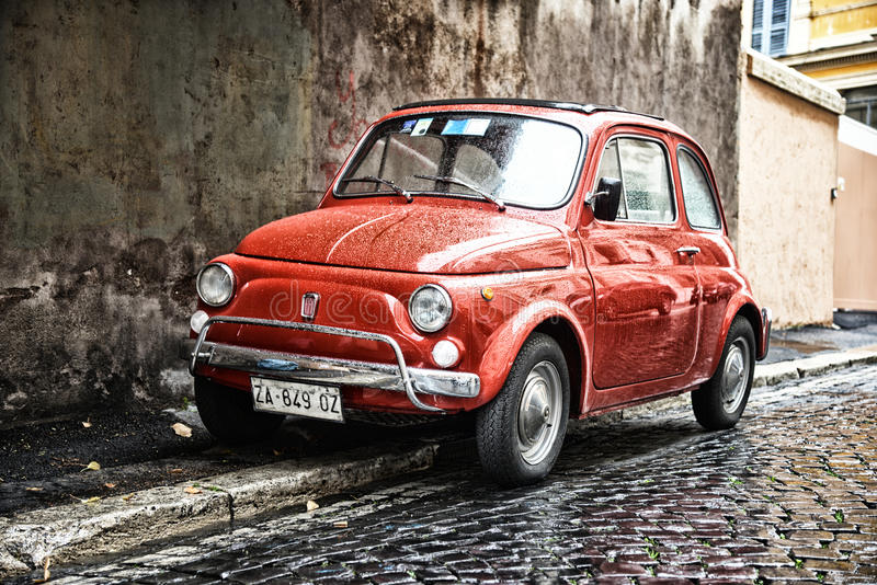 Coche viejo en la calle de Roma foto de archivo