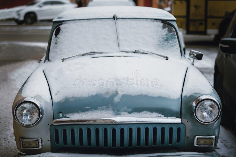 Coche viejo en la nieve Invierno en la ciudad fotografía de archivo libre de regalías