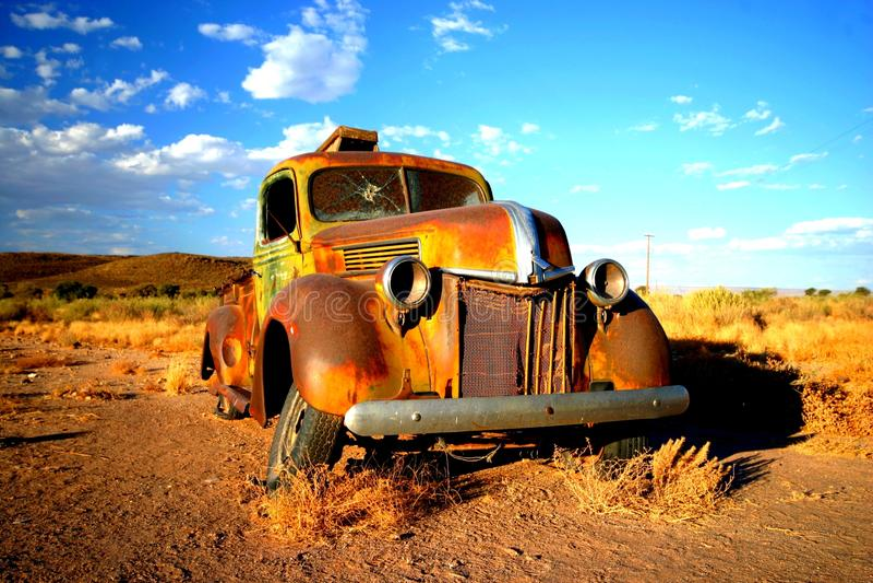 Coche viejo oxidado en Namibia fotos de archivo