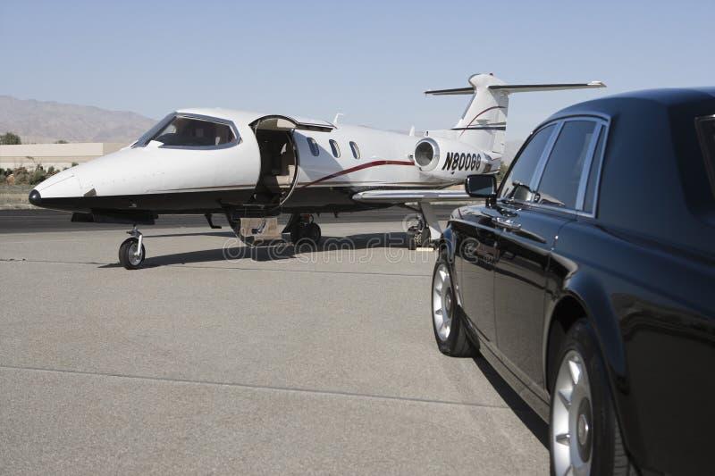 Coche y aeroplano lujosos foto de archivo libre de regalías