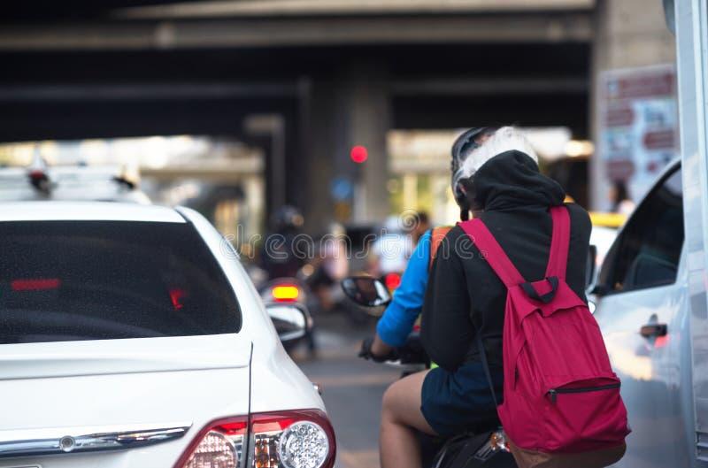 Coche y motocicleta en el camino en ciudad imagen de archivo