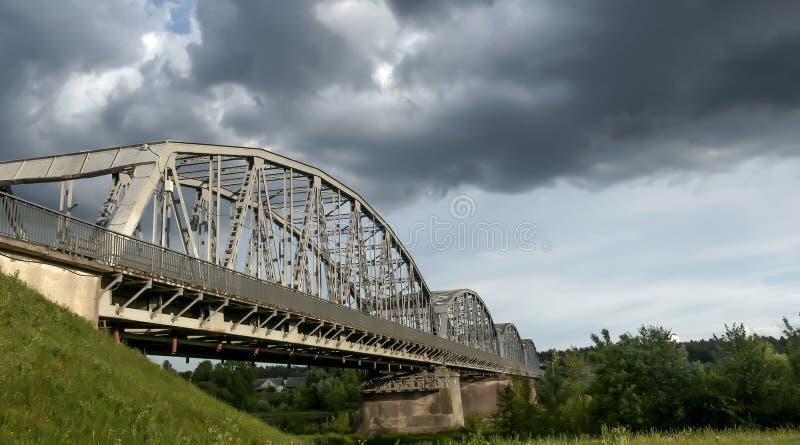 coche y puente ferroviario sobre el río imagen de archivo libre de regalías