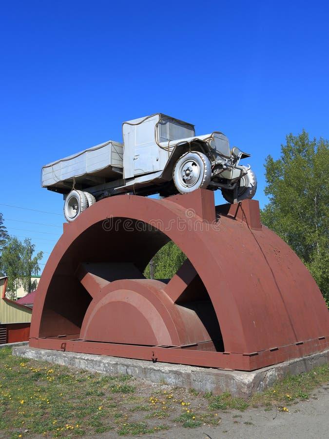 Coche ZIS-5 en un pedestal en la ciudad siberiana de la región de Biysk Altai fotos de archivo