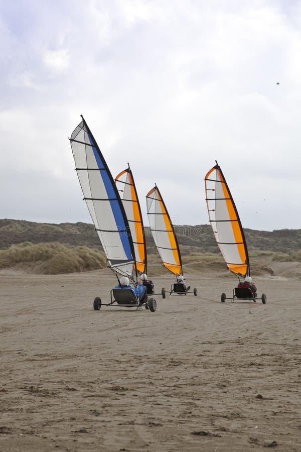 Cochecillo de la navegación en la playa con el cielo azul foto de archivo libre de regalías