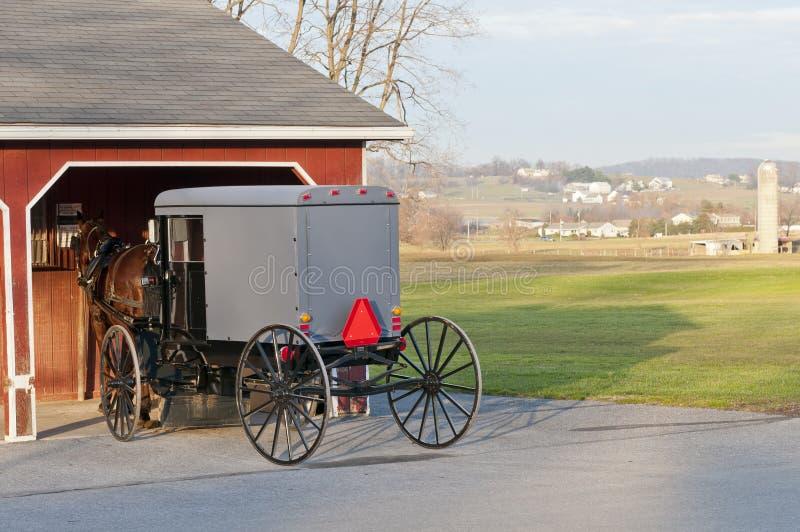 Cochecillo del caballo y de Amish imagenes de archivo
