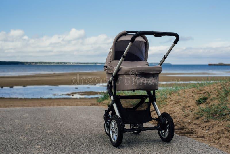 Cochecito de bebé en la playa foto de archivo