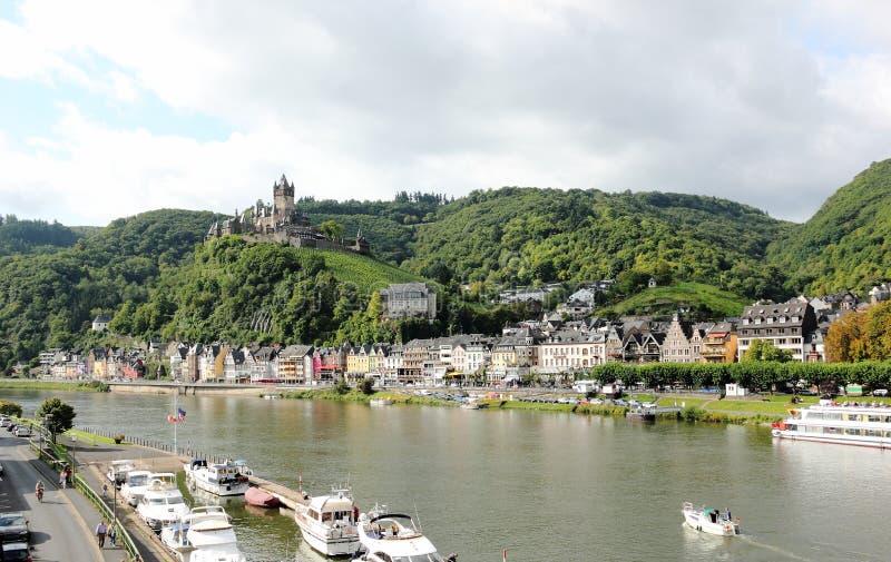 Cochem con el castillo imperial de Cochem (Reichsburg), Alemania imagenes de archivo