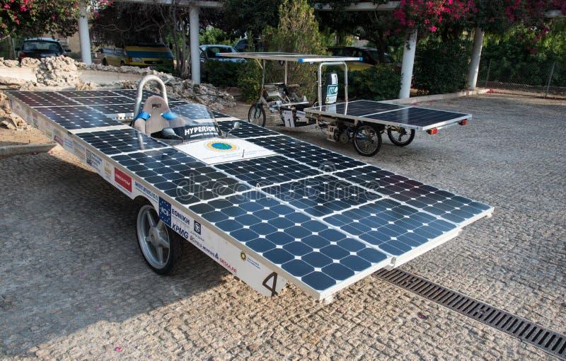 Coches accionados hechos a mano solares foto de archivo